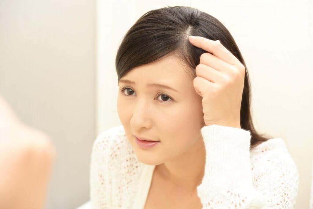 生え際の白髪を気にする女性